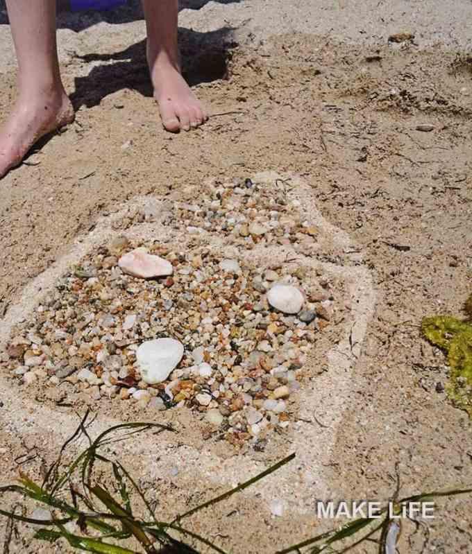Παιχνίδια στην παραλία. Ζωγραφική στην άμμο