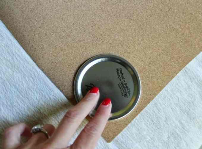 tracing lid 1 - Αξιοποίησε τα καπάκια από τα γυάλινα βάζα φτιάχνοντας σουβέρ