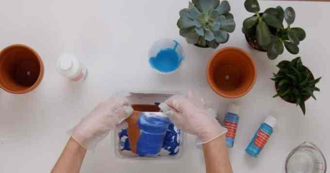 marbled terra cotta pots image 3 - Πως θα φτιάξεις πήλινα γλαστράκια με όψη μάρμαρου