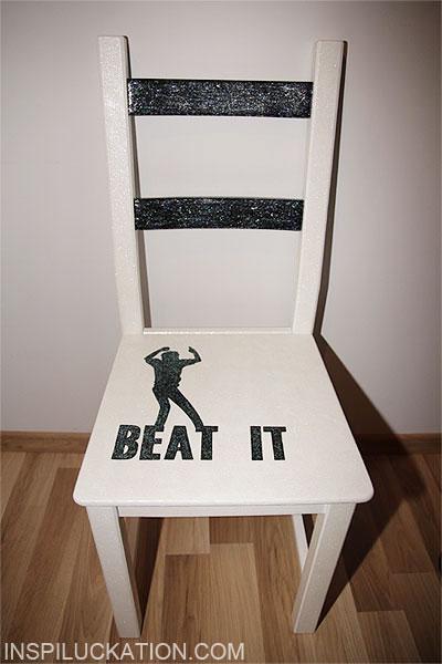 Farba akrylowa, brokat i lakier do paznokci na krześle
