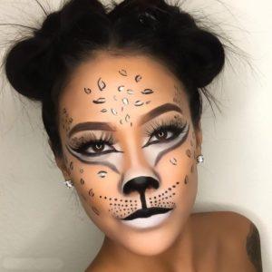 Makeup kucing dengan bulu mata palsu