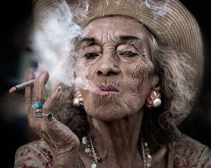 SHE IS 102 YEARS OLD, SMOKES AT LEAST 20 CIGARETTES PER DAY AND DRINKS WINE EVERY DAY, AND HERE IS THE SECRET TO HER LONGEVITY AND GOOD HEALTH