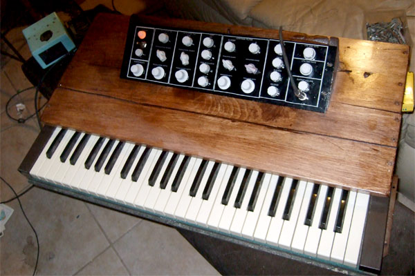 Keyboard synth from salvage