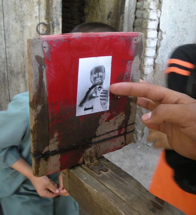 """Cuban Polaroid"" is ultra-low-tech camera, darkroom all in one"