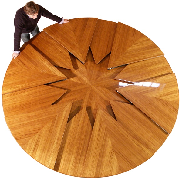 Radially expanding and contracting table