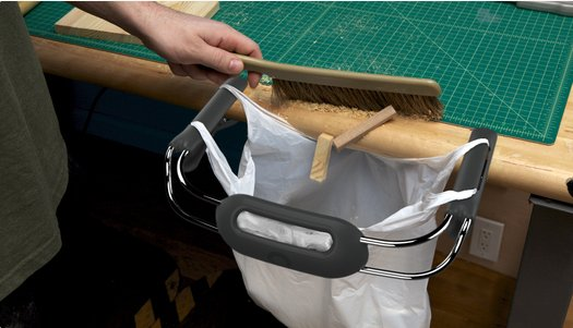 Portotrash, a mini trash can that clips to your table