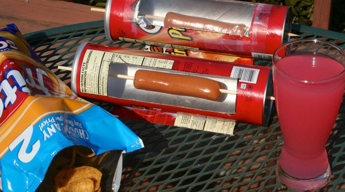 How-To: Solar Hot Dog Cooker From A Pringles Can