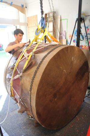 After 10 days drying, it was time to tack the hides to the drum.