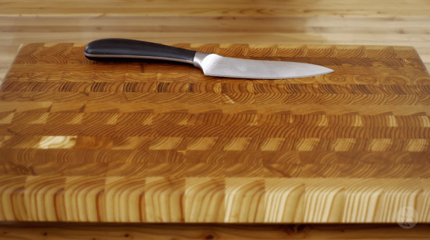 Larch cuttong board with knife
