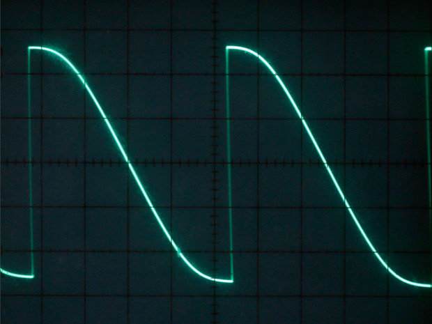 Figure F: Turning the left-hand trimmer all the way up minimizes the rise time, chopping the sine wave.