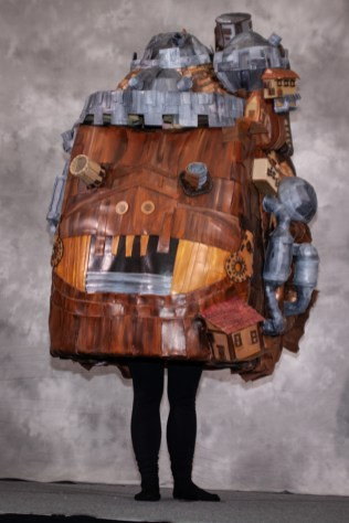 A person dressed as Howl's Moving Castle.