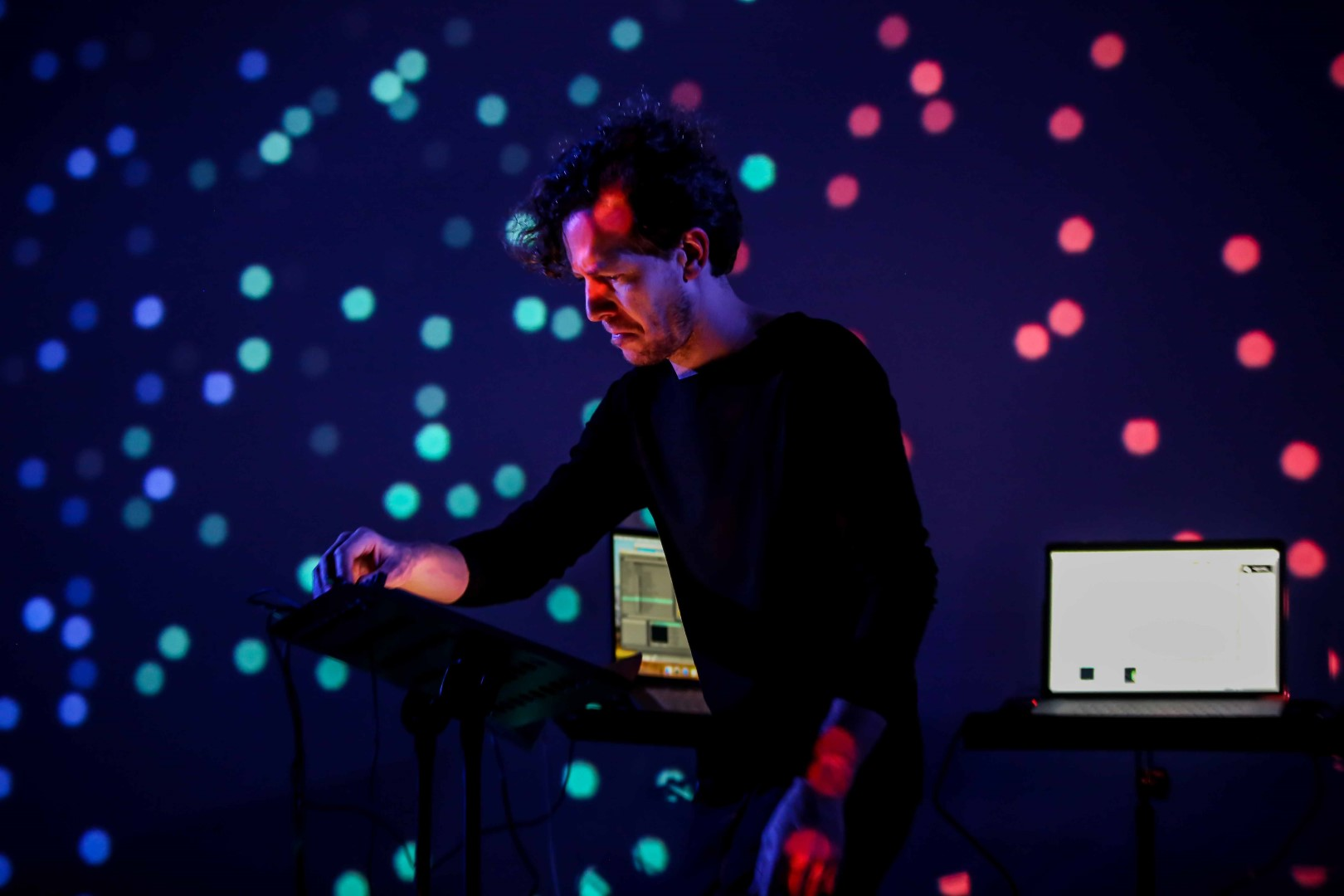 Introducing Artificial Music Intelligence to Live Music Shows