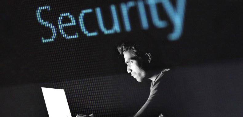 サイバーセキュリティーに取り組む男性の画像