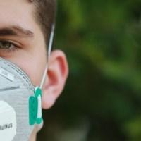 コロナ感染予防のためにマスクをつけている男性