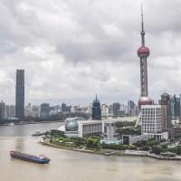 上海の川沿いのビル群の写真