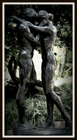 lovers statue