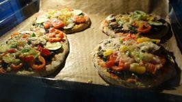Pizzetti im vorgeheizten Ofen (siehe Teigpackung - ich hatte 190°C Umluft) 15-20min backen. 17min waren bei mir perfekt! Küche aufräumen, Gerätschaften abwaschen. ;)