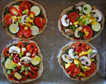 Pizzetti mit Gemüse nach Wahl belegen. Etwasc Meersalz drüber streuen und etwas Würzöl (z.B. Rapsöl mit Knobi, Chili oder, hier: Basilikum) über das Gemüse geben, damit es nicht trocken wird.