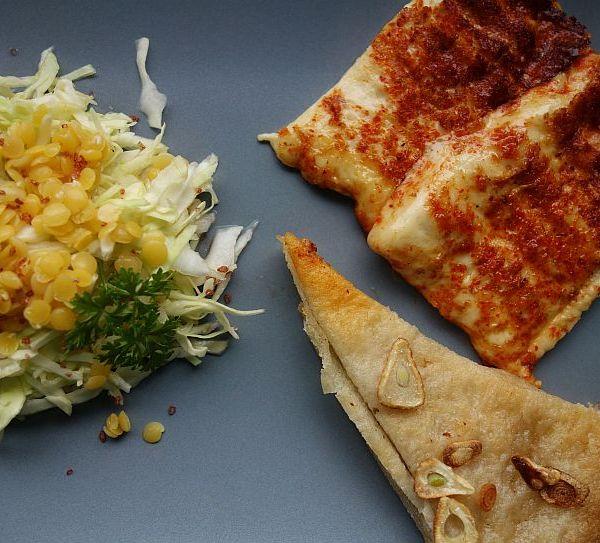 Spitzkohl-Apfel-Rettich-Rohkostsalat mit gelben Linsen, Grillkäse & Knobibrot