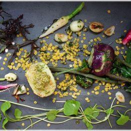 Bunte Gemüseplatte mit jungem Kohlrabi und gelben Linsen