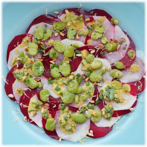 Rote-Bete-Kohlrabi-Carpaccio mit dicken Bohnen