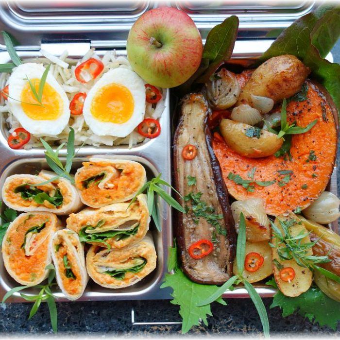 Lunchbox mit Ofengemüse, Kürbiswraps und Apfel-Krautsalat