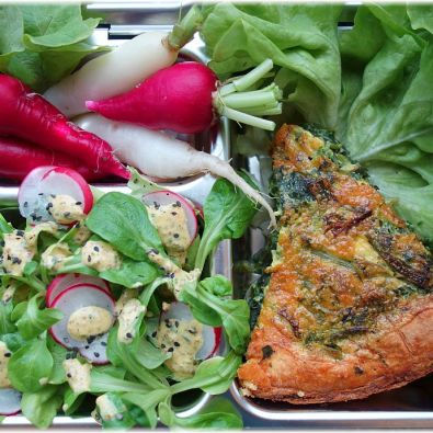 Lunchbox mit Bärlauchquiche und SoLaWi-Ernte