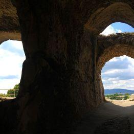 """Ausblicke Richtung Süden aus den """"Höhlen-Bullaugen"""" und Gängen"""