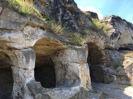 Höhlen mit Grasdach im obersten Teil der Burg Regenstein