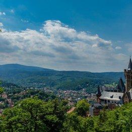 Blick vom Agnesberg auf Wernigerode und Schloß - im Hintergrund der Brocken!
