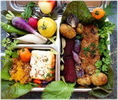 Lunchbox mit gebackenem Schafskäse, gebackener roter Bete, Kürbis mit scharfer Nusskruste, Ofenkartoffeln