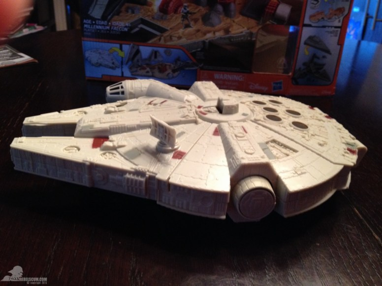 star-wars-the-force-awakens-millennium-falcon-micromachines-playset-080615-010
