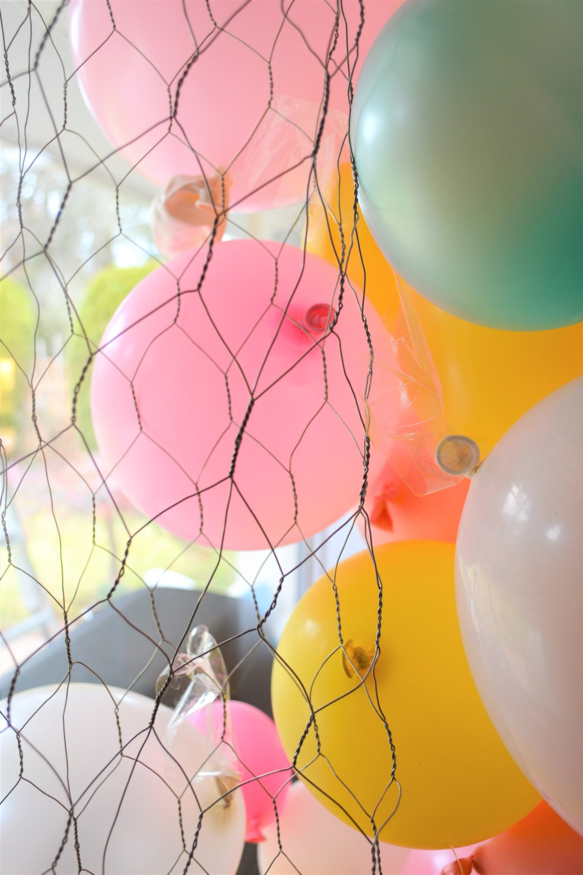 Balloon Arch Tutorial! - Balloons Taped to Chicken Wire