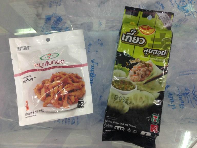 セブンイレブンのDeep-Fried Pork Strip(細豚肉揚げ)と Lui Suan Wonton(タイ風餃子)