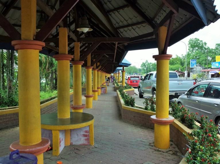 マレーシア国境 バス亭への道