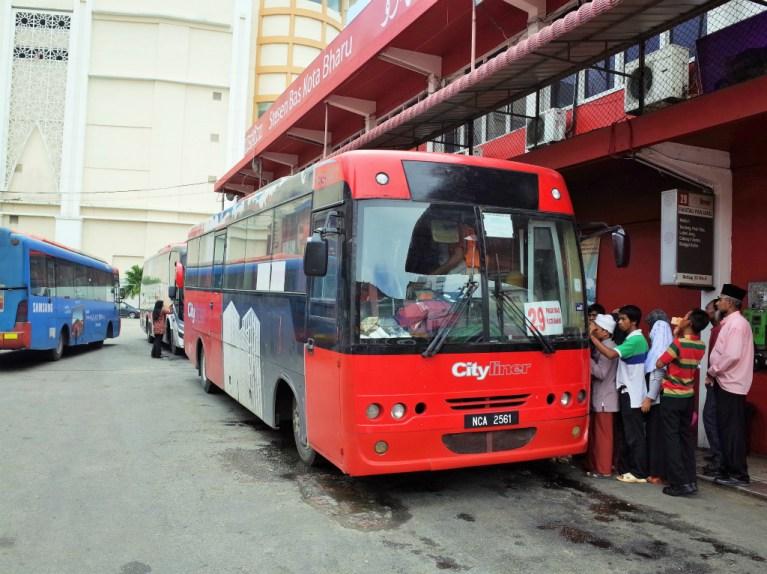 コタバルと国境を結ぶ29番バス