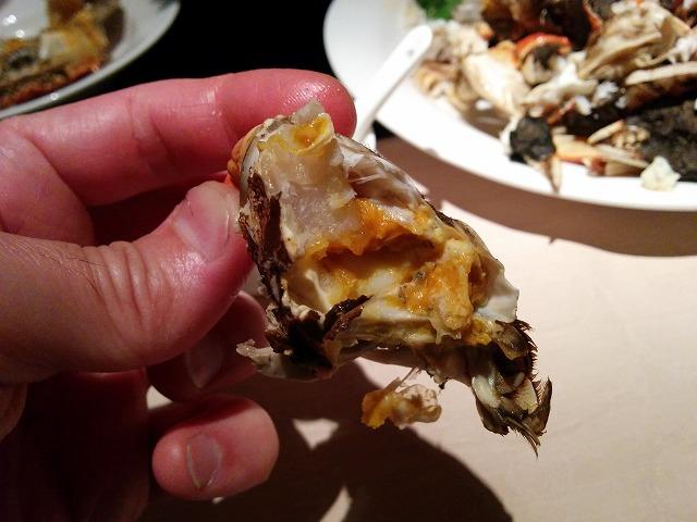 夜上海で蟹を剥く画像