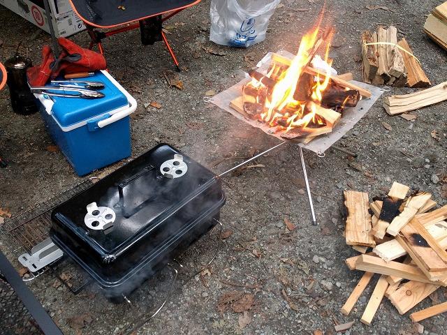道志の森キャンプ場で火おこし