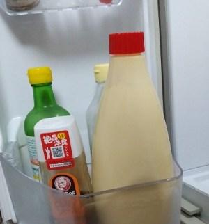 冷蔵庫のポケットに入っている1kgマヨネーズ