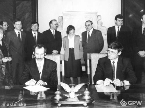 Janusz Lewandowski oraz Leszek Balcerowicz podpisują akt założycielski GPW.