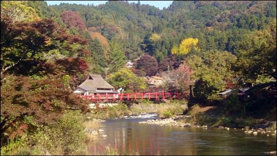 香嵐渓の橋と民家