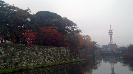 彦根城の堀と電波塔