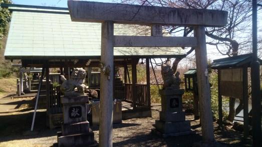 三井山の鳥居と狛犬01
