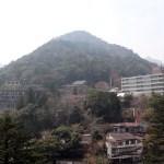 御在所1の山を見上げる01