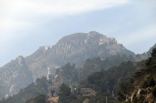 御在所1の山頂を麓からアップで撮影02