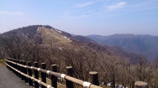 御在所19の山上の道から見渡す山々01