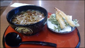 信州そば店の天ぷらそば写真