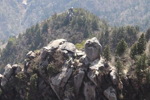 御在所9の山上から見える奇岩01