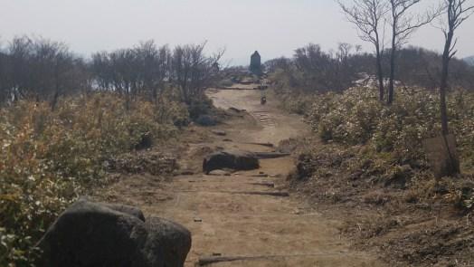 御在所33の山頂の国定公園の記念碑への道