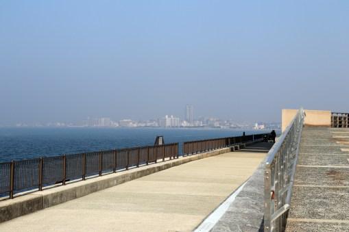 7明石海峡の海岸お台場から眺める海と街並み1